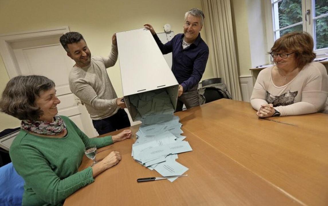 Um 18 Uhr begannen die Wahlhelferinnen...-helfer mit dem Auszählen der Stimmen.  | Foto: Christoph Breithaupt