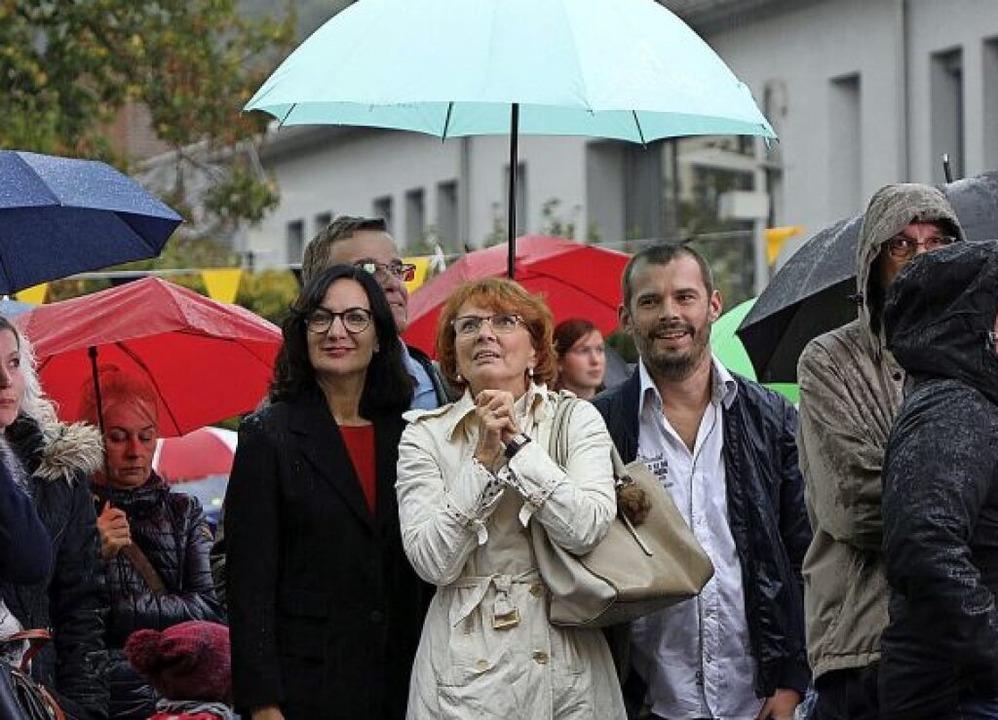 Trotz Regens warteten einige vor dem Rathaus auf das Ergebnis.  | Foto: Christoph Breithaupt