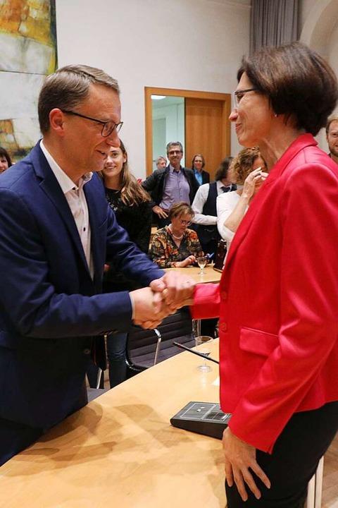 Christine Buchheit gratuliert Markus Ibert.  | Foto: Christoph Breithaupt