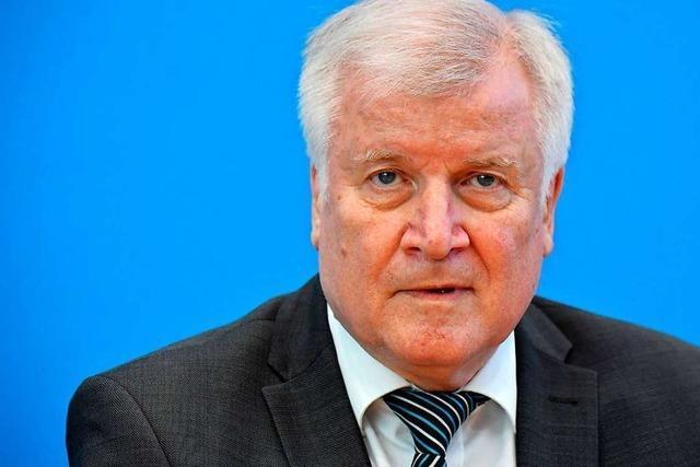 Seehofer verteidigt Vorstoß und warnt vor Flüchtlingskrise wie 2015