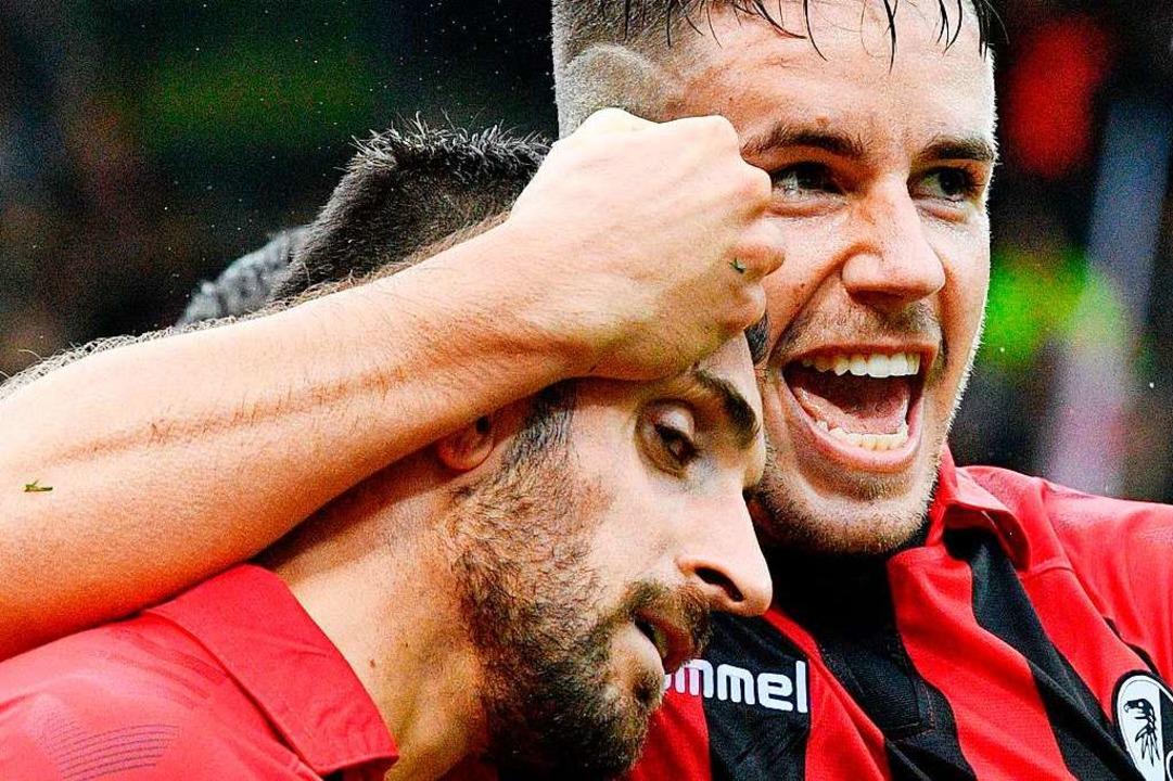 Jubel beim SC Freiburg – der Sportclub ist ein echtes Überraschungsteam.    Foto: THOMAS KIENZLE (AFP)