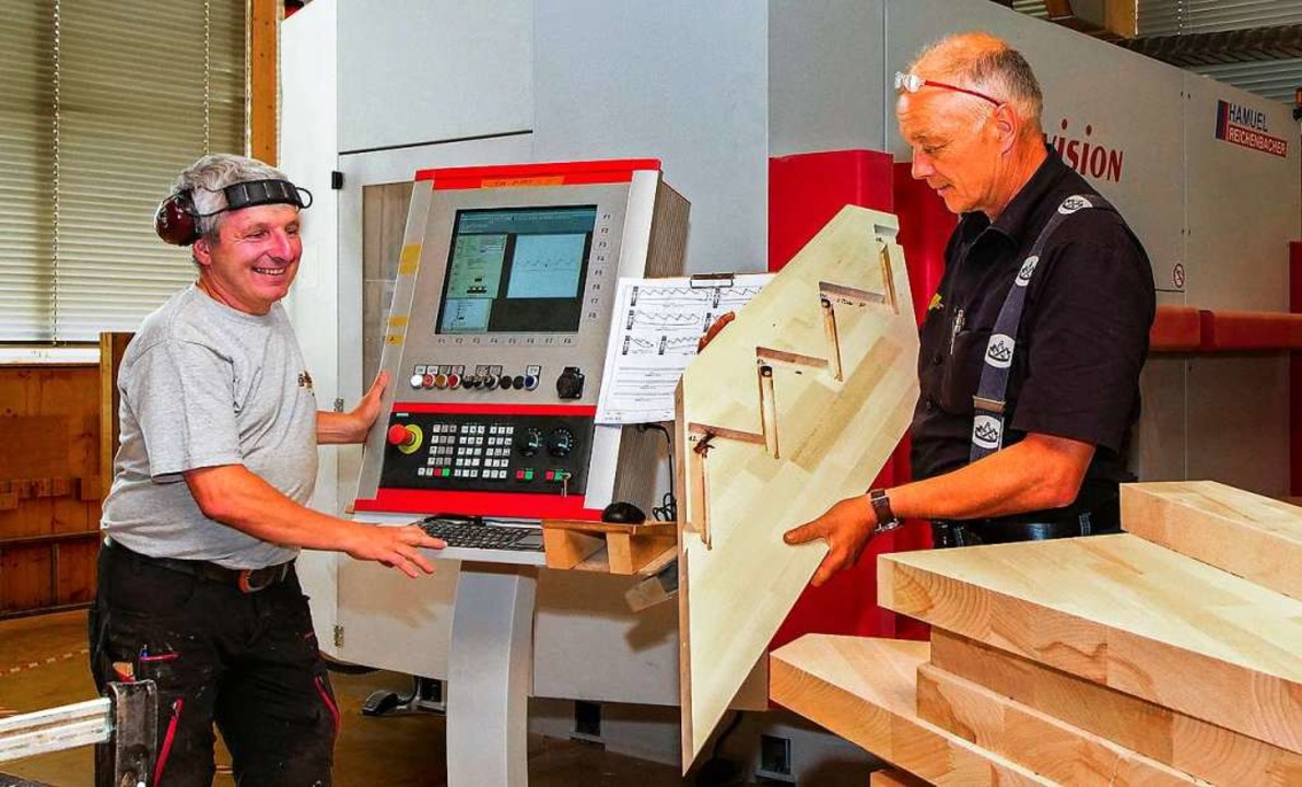 Oskar Ganter (rechts), Geschäftsführer... Abteilung Treppenbau in Hinterzarten.  | Foto: Gerd Lache