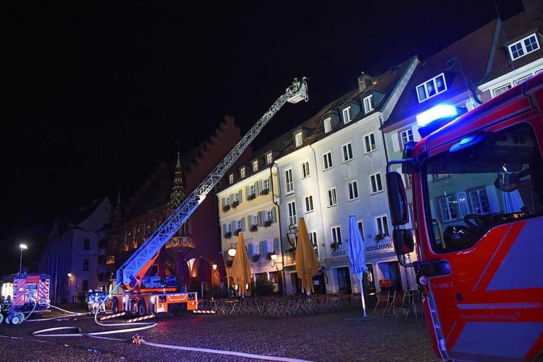 Als die Feuerwehr eintraf, schlugen Fl...achstuhl eines Hauses am Münsterplatz.  | Foto: Rita Eggstein