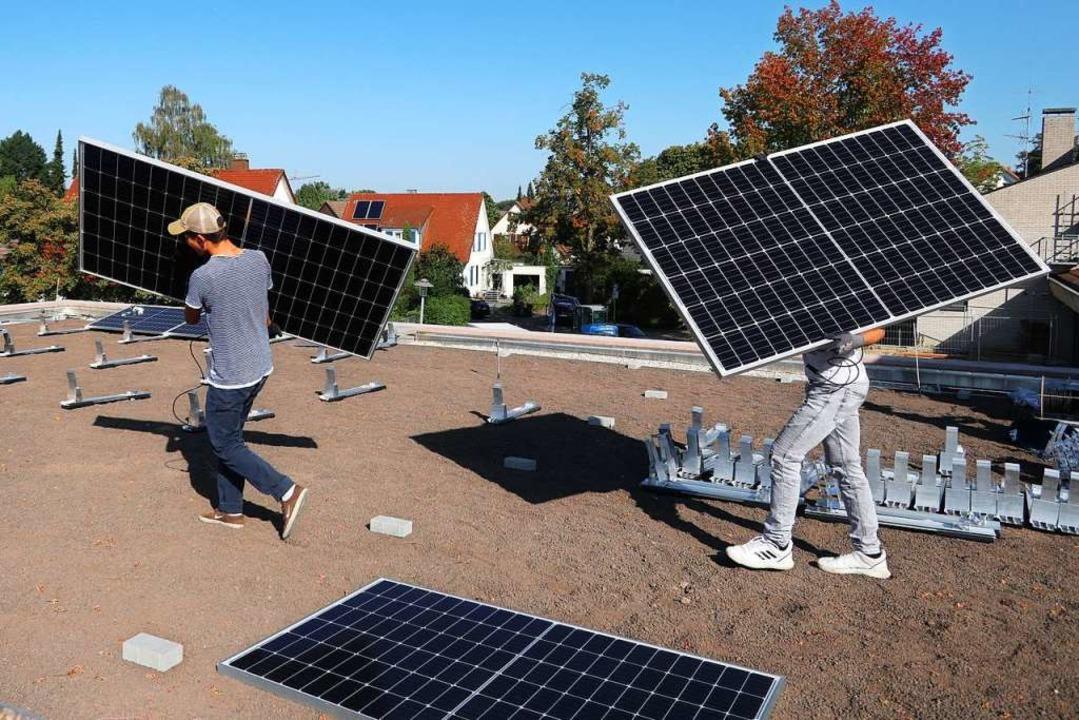 Auf dem Dach des Johanneskindergartens...zhausen werden die Module installiert.  | Foto: Günter Hammer