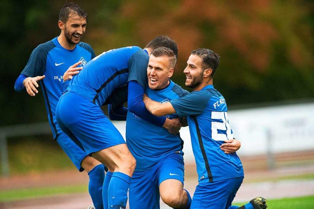 Jubel beim FC Neustadt nach dem Comeback.  | Foto: Wolfgang Scheu