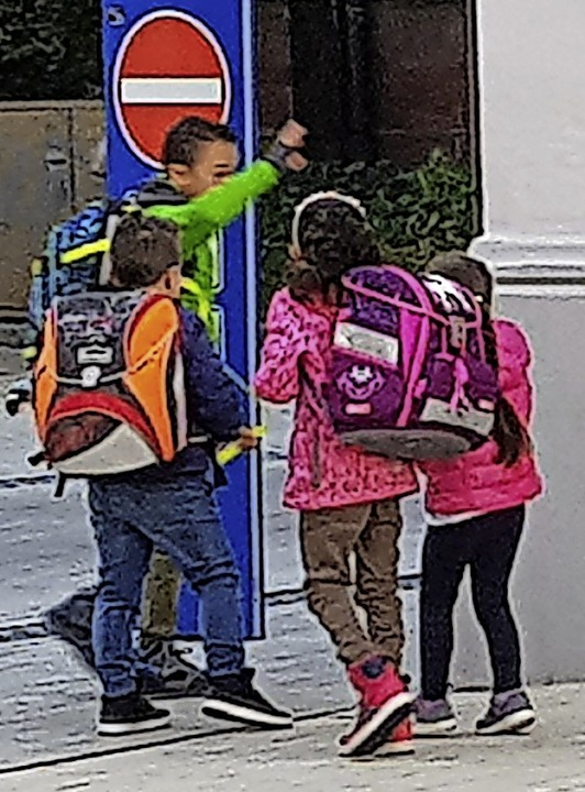 Vorbildlich: Gemeinsam mit Klassenkame...mal gefährlich eng in der Steinstraße.  | Foto: Gerhard Walser
