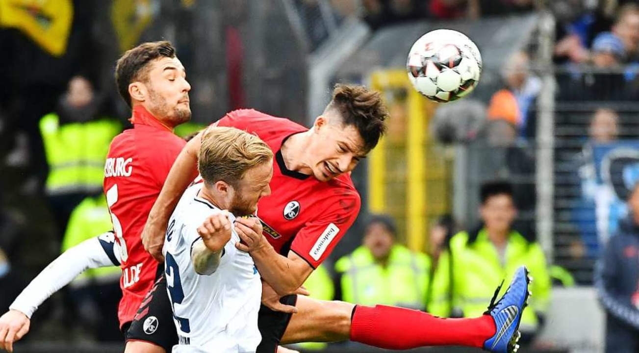 Robin Koch, hier beim Kopfball, wurde ...he Fußball-Nationalmannschaft berufen.  | Foto: Achim Keller