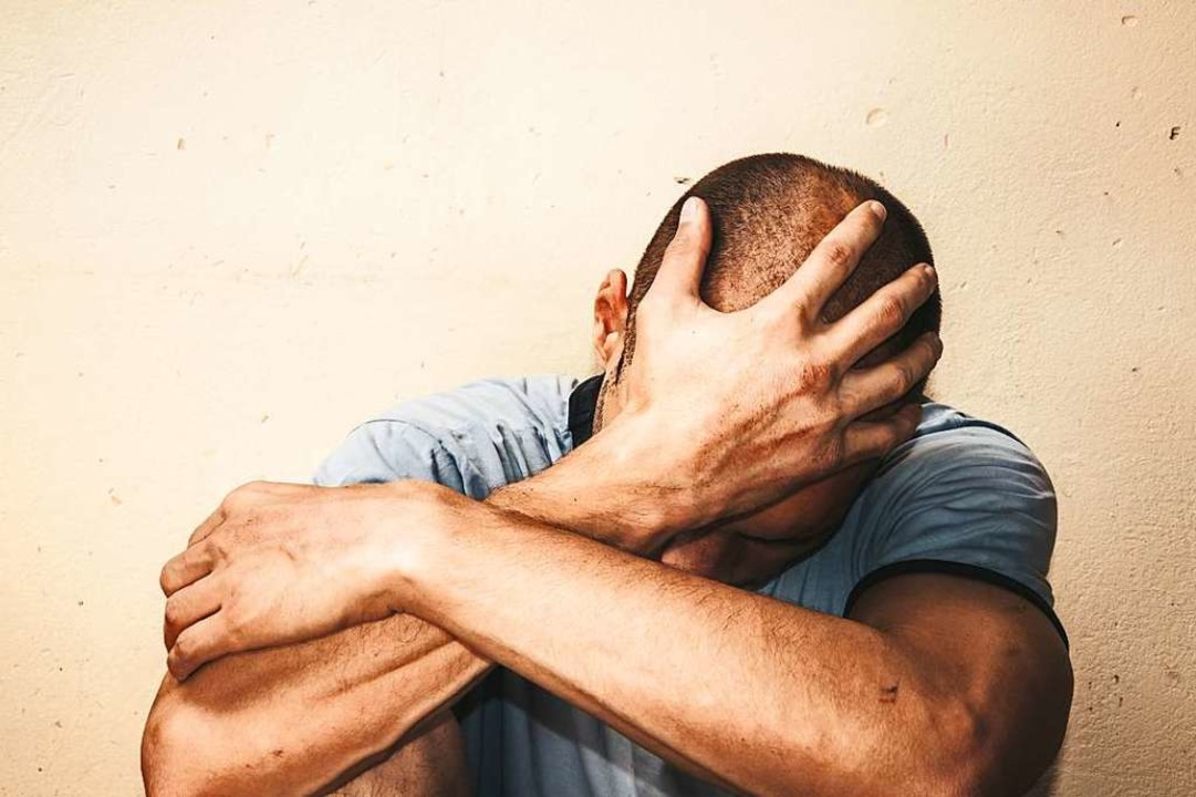 Patienten mit Depressionen halten sich... für eine Last und ziehen sich zurück.  | Foto: Srdjan  (stock.adobe.com)