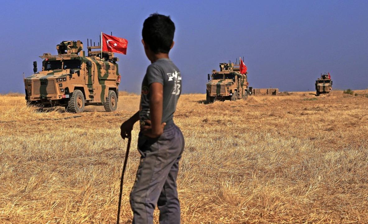 Türkische  Fahrzeuge patrouillieren an der  syrisch-türkischen Grenze.   | Foto: Baderkhan Ahmad (dpa)