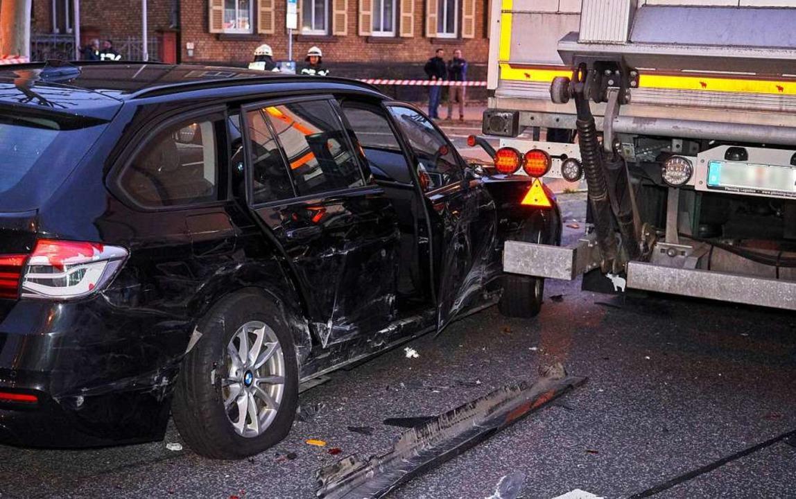 Ein Lastwagen ist in Limburg in mehrer...fahren. Neun Menschen wurden verletzt.  | Foto: Sascha Ditscher (dpa)