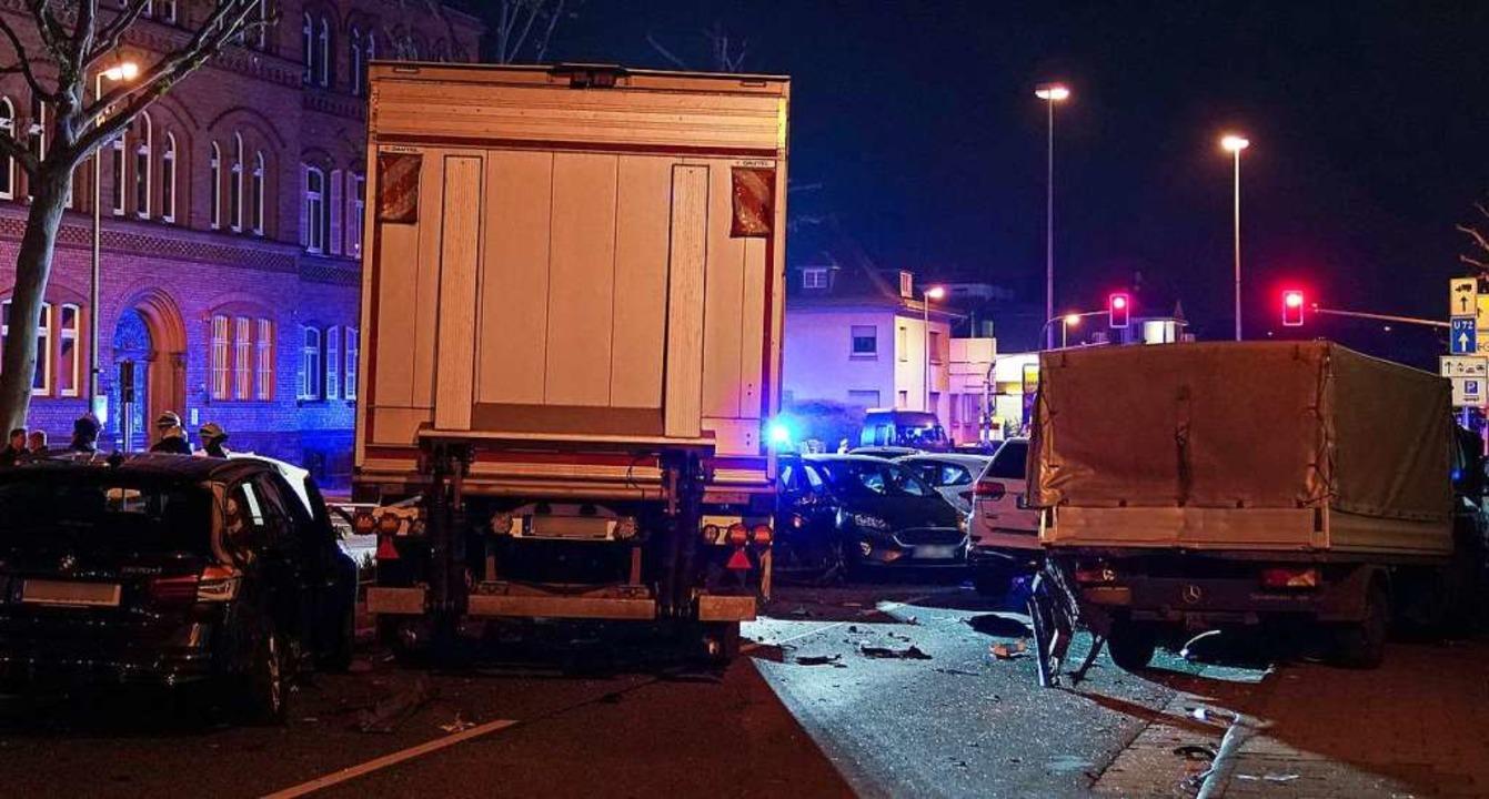 Ein Lastwagen ist in Limburg in mehrer...fahren. Neun Menschen wurden verletzt.  | Foto: Thorsten Wagner (dpa)