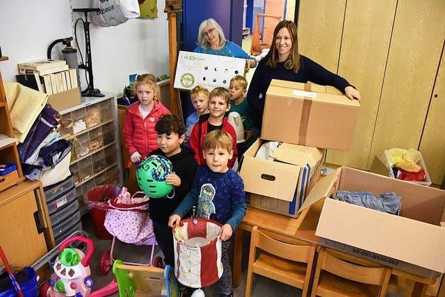 Kindergartenkinder aus Steinen helfen in Rumänien