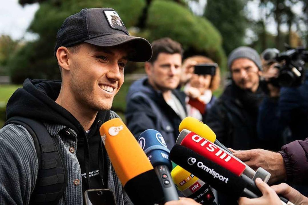 Begehrter Gesprächspartner vor dem Län...idt gibt vor dem Teamhotel Interviews.  | Foto: Bernd Thissen (dpa)