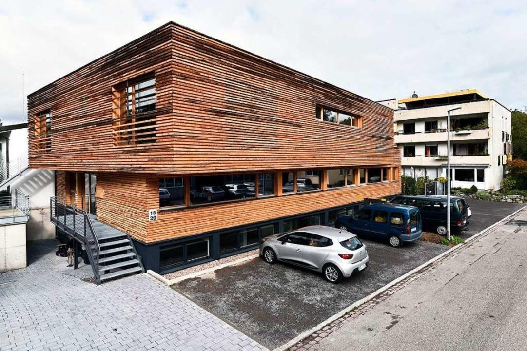 Die Fassade mit ihren massiven, fünf Zentimeter vorspringenden Schwartenbrettern  | Foto: Thomas Kunz