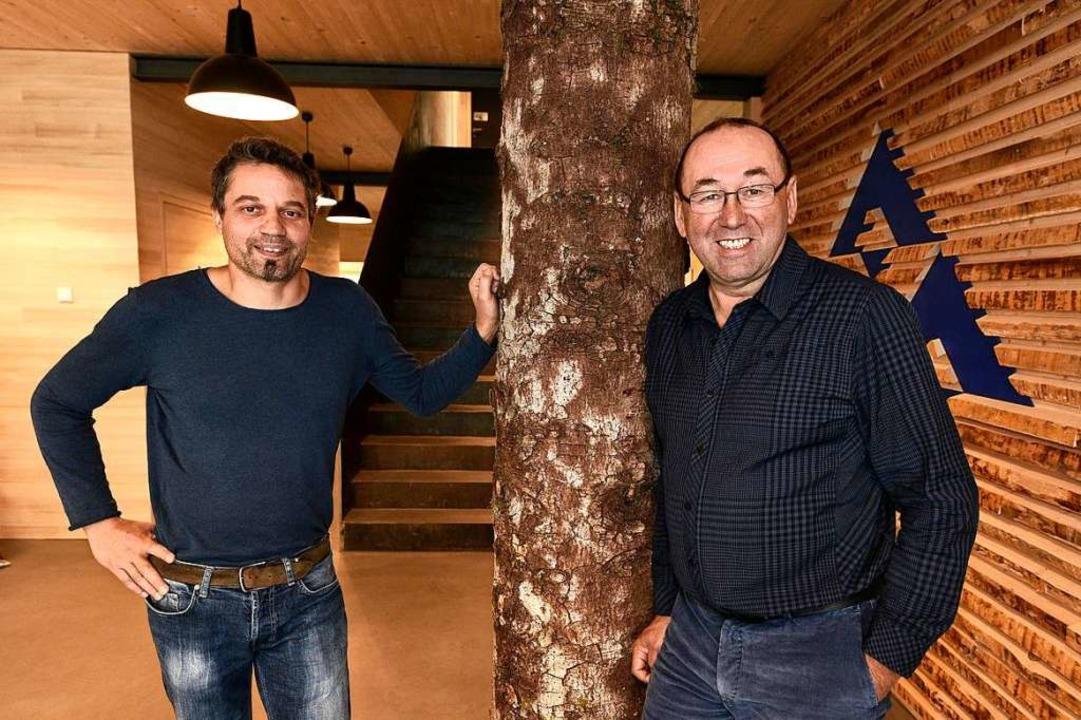 Axel Bürk und Willi Sutter (von links)...m symbolisch ein Weißtannenstamm steht  | Foto: Thomas Kunz