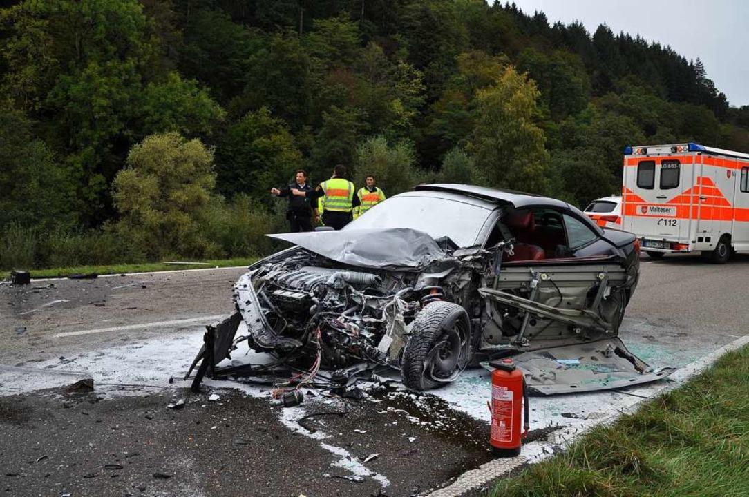 Der total zerstörte Renault kam auf der Gegenfahrbahn zum Stehen.  | Foto: Nicolai Kapitz