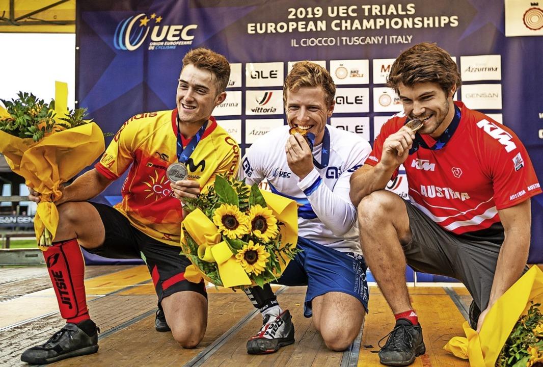 Dominik Oswald, umrahmt von dem Zweitp...edaille bei der Europameisterschaft.      Foto: Privat
