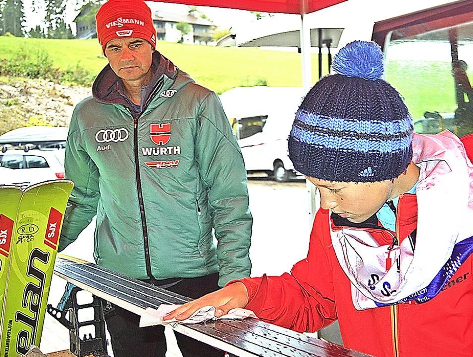 Vater und Filius an der Schanze: Skisp...ils 39,5 Meter weiten Sprüngen gewann.  | Foto: Helmut Junkel