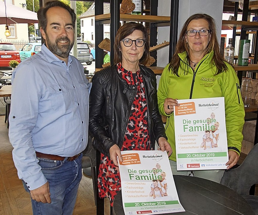 "Philipp Ulmer, Gabi Saar und Simone Ja...""Die gesunde Familie"" vor.    Foto: Ilona Huege"