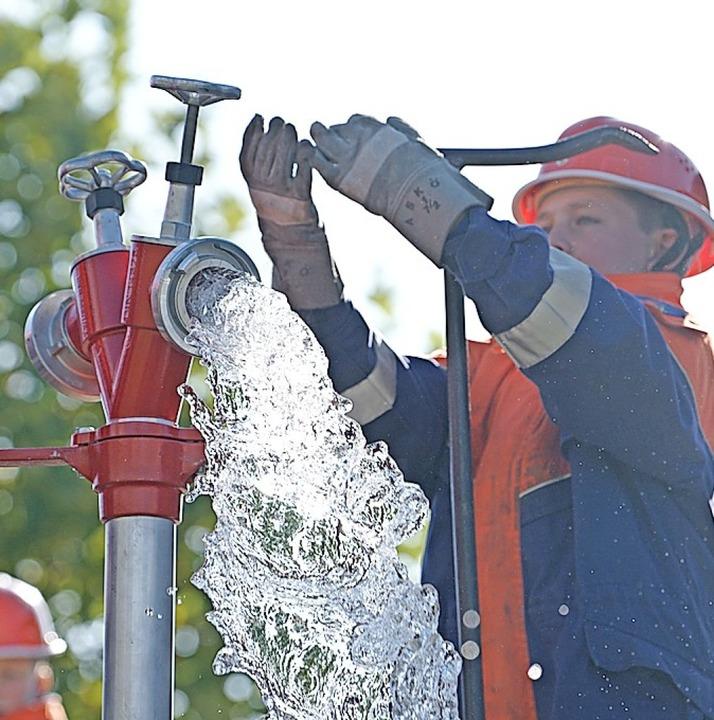 """""""Wasser marsch"""" hieß es beim Setzen eines Unterflurhydranten.    Foto:  Jugendfeuerwehr"""
