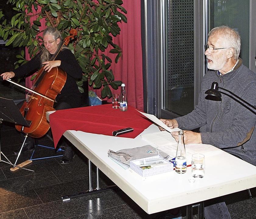 Johannes Diez liest aus einem Roman &#...egleitet von Destine Traute am Cello.   | Foto: Michael Haberer