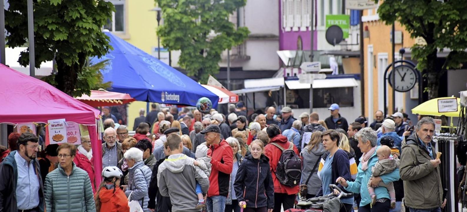 Zahlreich strömten die Besucher  schon...en Sonntag in die Wehrer Hauptstraße.     Foto: Hildegard Siebold
