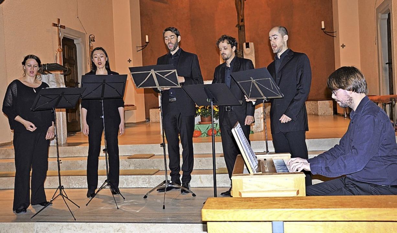 Das Sidonia-Ensemble mit Organist Koen...in der Bernhardskirche in Schopfheim.   | Foto: Georg Diehl