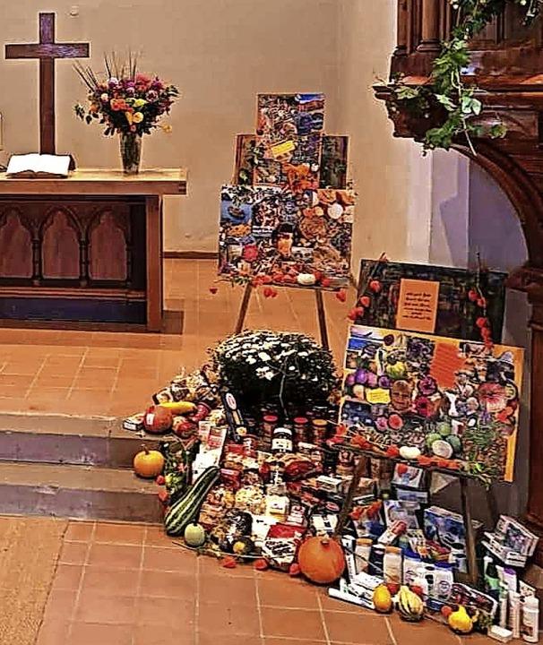Der mit Lebensmitteln geschmückte Alta...er Hofener Kirche am letzten Sonntag.     Foto: Kirchengemeinde