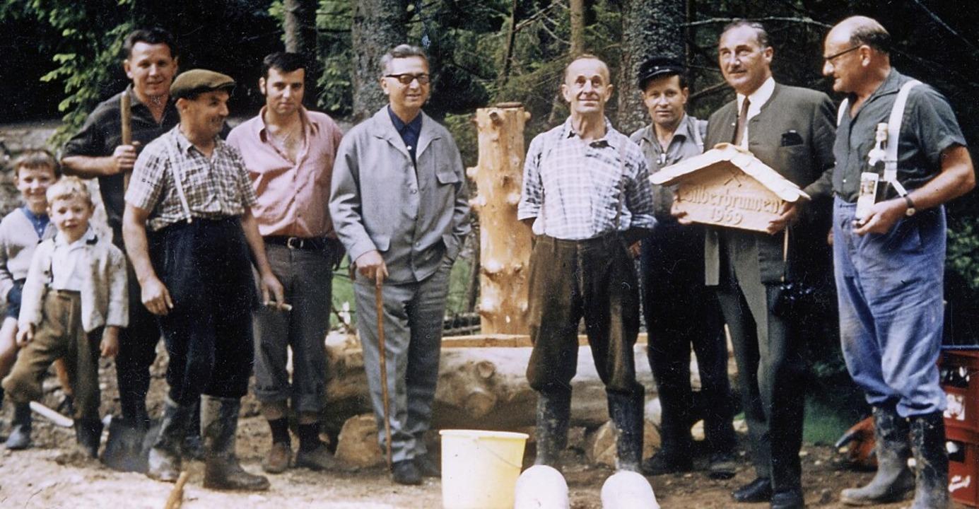Nach Fertigstellung des Brunnens 1969:...kung: einige  Personen sind unbekannt)  | Foto: Gemeindearchiv Kirchzarten
