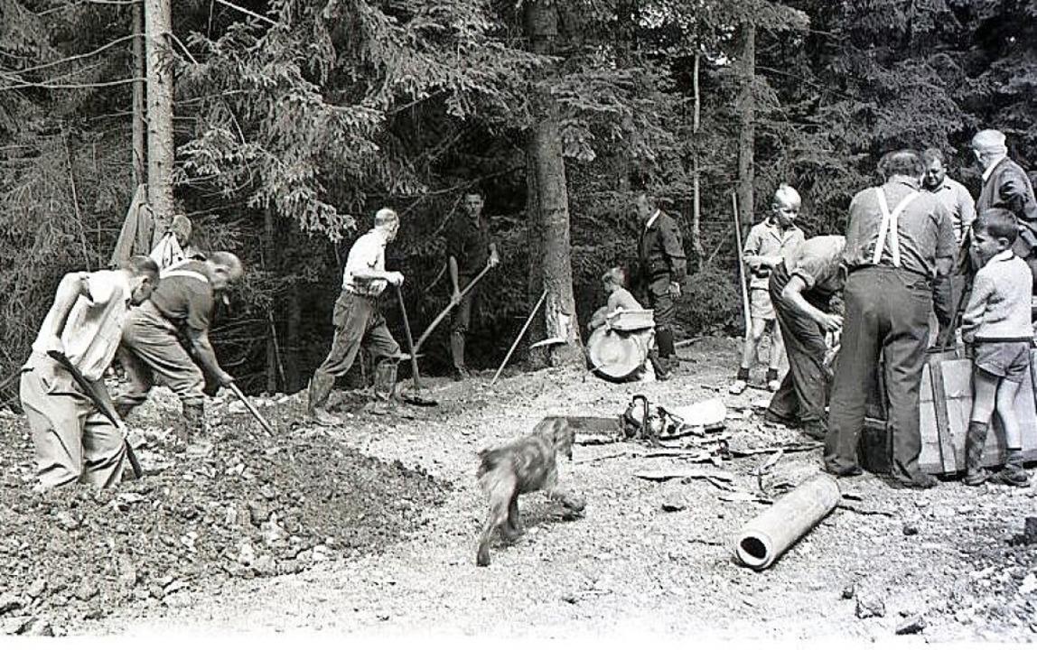 Der damalige Bürgermeister Erich Riede...ks) beim Graben der Wasserleitung 1969  | Foto: Gemeindearchiv Kirchzarten