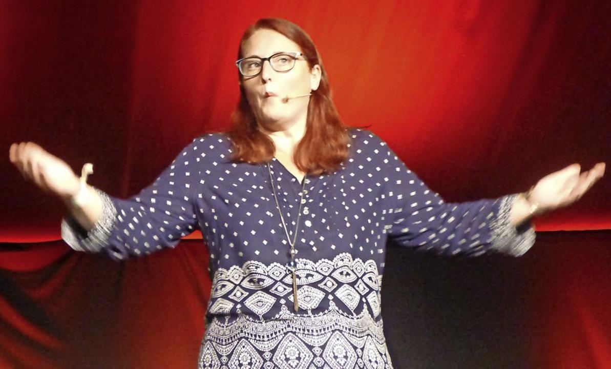Anny Hartmann bei ihrem Auftritt im Staufener Spiegelzelt    Foto: Anne-Kristin Feyer