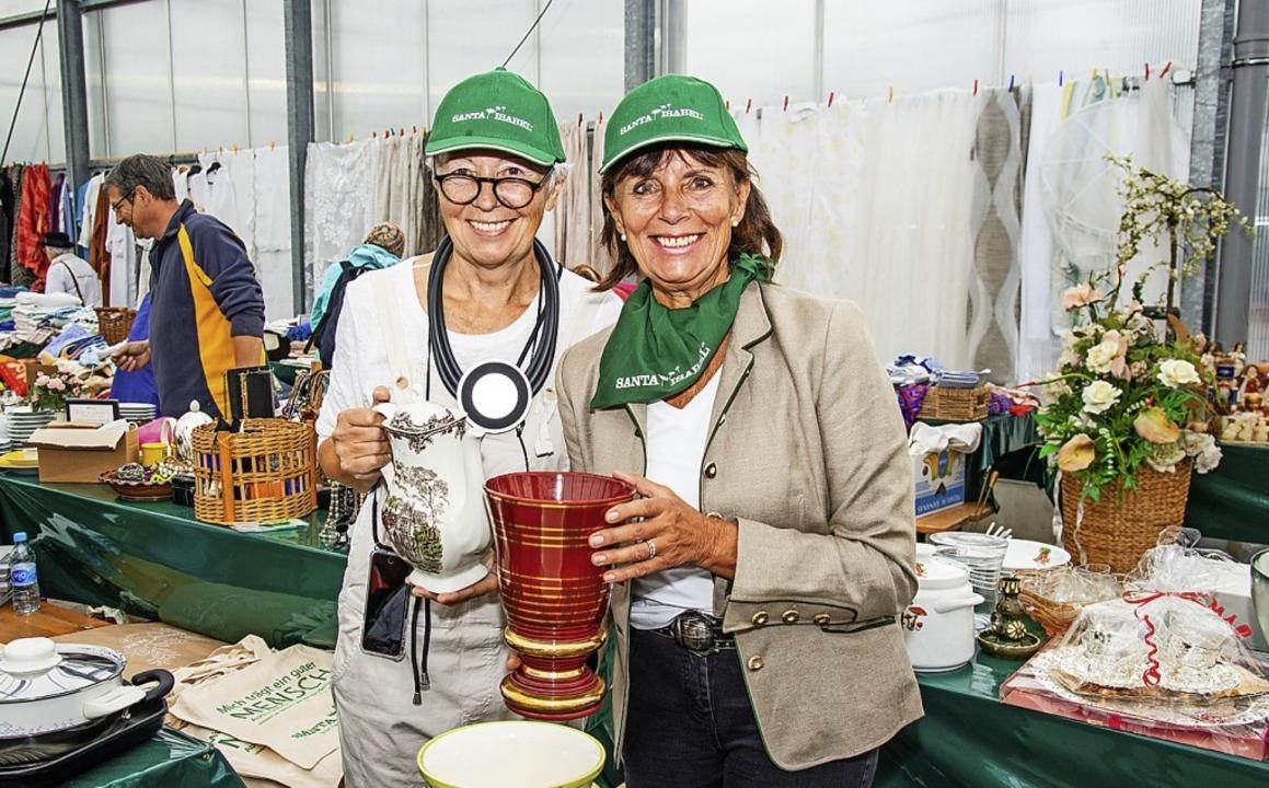 Sie hatten die Idee für den  Flohmarkt...ne Mack (rechts) und Barbara Dickmann.    Foto: Olaf Michel