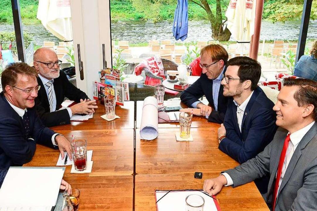 Mit Gunther Adler am Tisch (von links)...undestagsabgeordneter Johannes Fechner  | Foto: Ingo Schneider