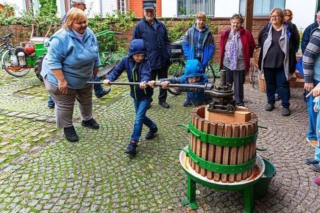 Beim Aktionstag des Heimatvereins March konnten Besucher Apfelsaft pressen