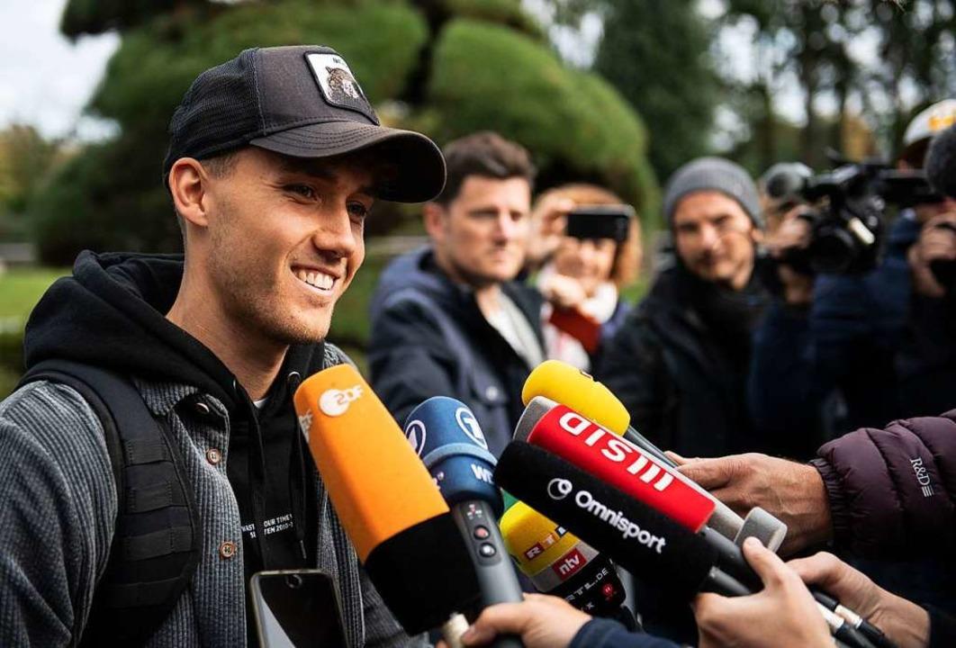 SC-Kicker Luca Waldschmidt beantwortet Fragen der Reporter.  | Foto: Bernd Thissen (dpa)