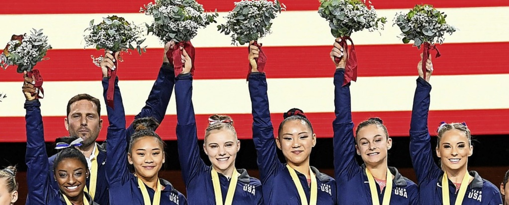 Die Blütenträume der US-Turnerinnen um...üllung. Es gab Gold im Teamwettbewerb.    Foto: Tom Weller (dpa)