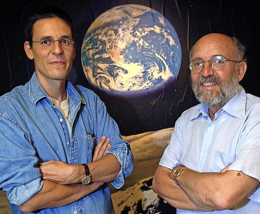 Die Schweizer Astronomen  Didier Queloz und  Michel Mayor (rechts)  | Foto: Laurent Gillieron (dpa)