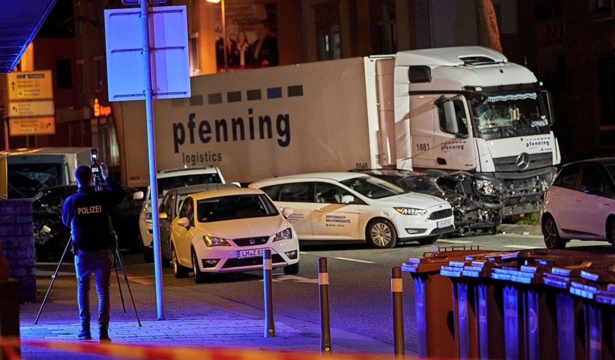 Der  Lastwagen ist auf mehrere vor ein...Ampel  stehende Fahrzeuge aufgefahren.  | Foto: Sascha Ditscher (dpa)