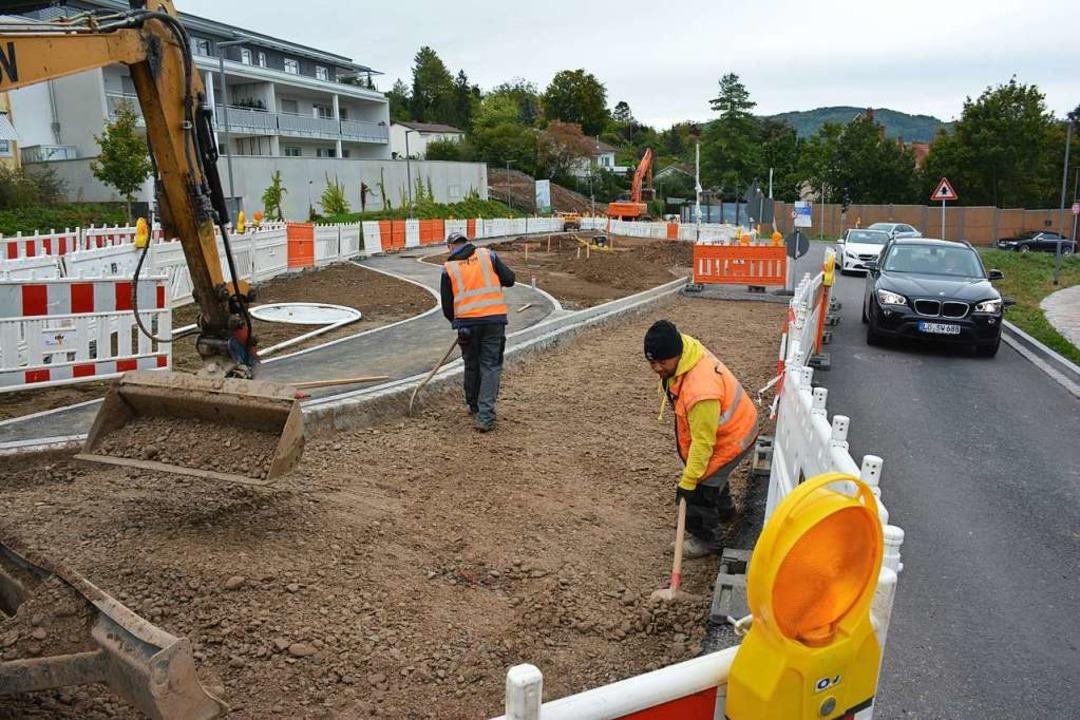 Arbeiter bereiten ein Reststück für di... Grenzübergang Richtung Altweil führt.    Foto: Hannes Lauber
