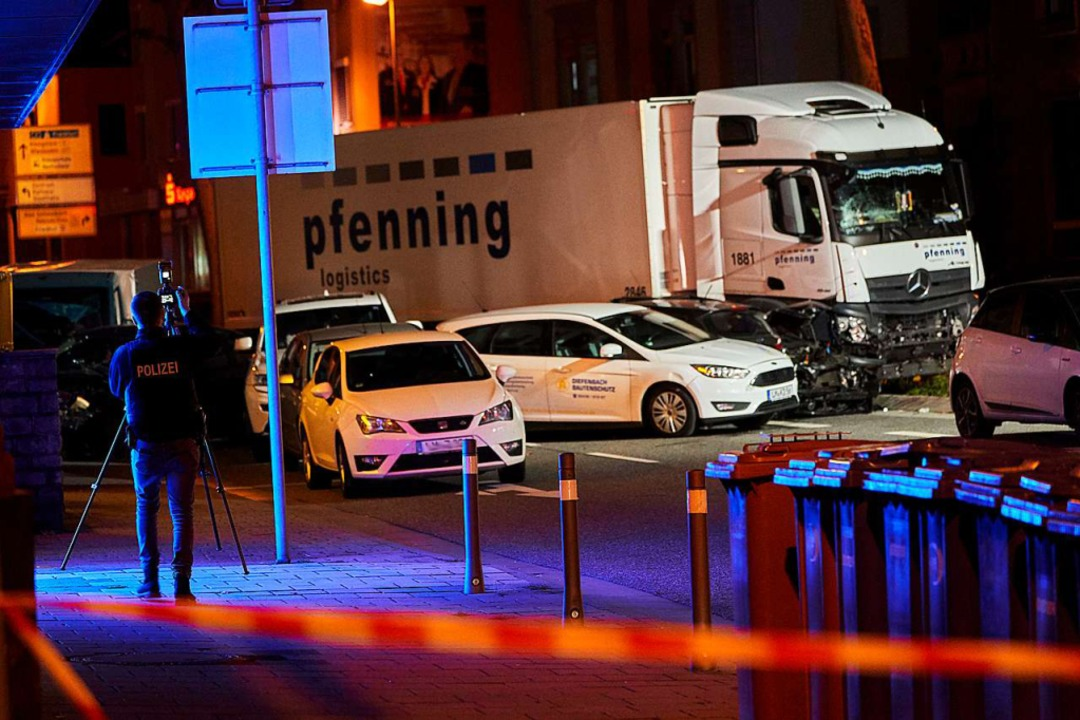 Der  Lastwagen ist in Limburg auf mehr...fahren, acht Menschen wurden verletzt.  | Foto: Sascha Ditscher (dpa)