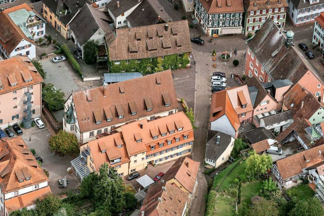 Rathausplatz und Rohanhof aus der Voge...trale Orte für   Veranstaltungen sein.  | Foto: Martin Bildstein copyright