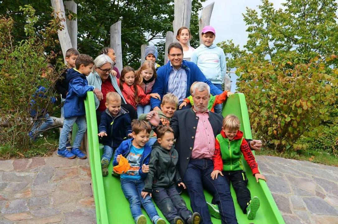 Das Außengelände des Kindergartens Koh...nsam mit den Kindern die neue Rutsche.    Foto: Hans-Jochen Voigt