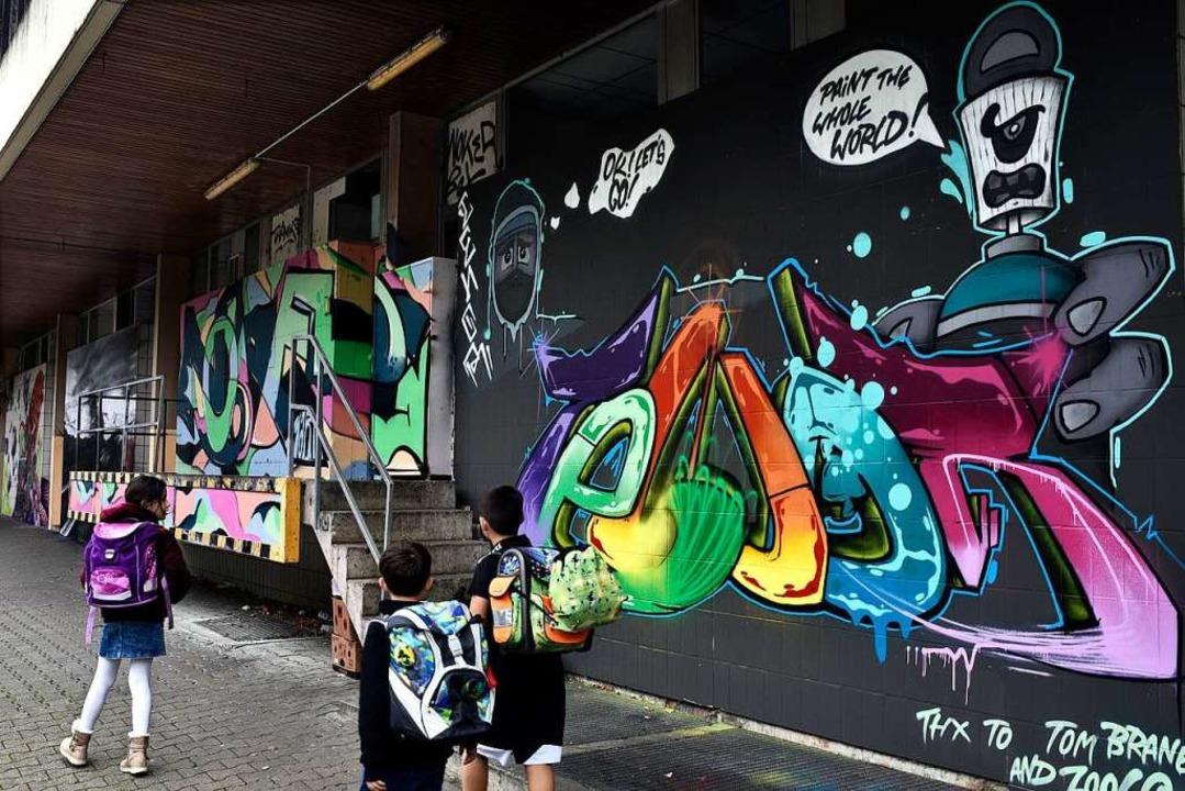 Bunt, bunter, Landwasser: Künstler hab...Einkaufszentrum mit Graffiti besprüht.  | Foto: Thomas Kunz