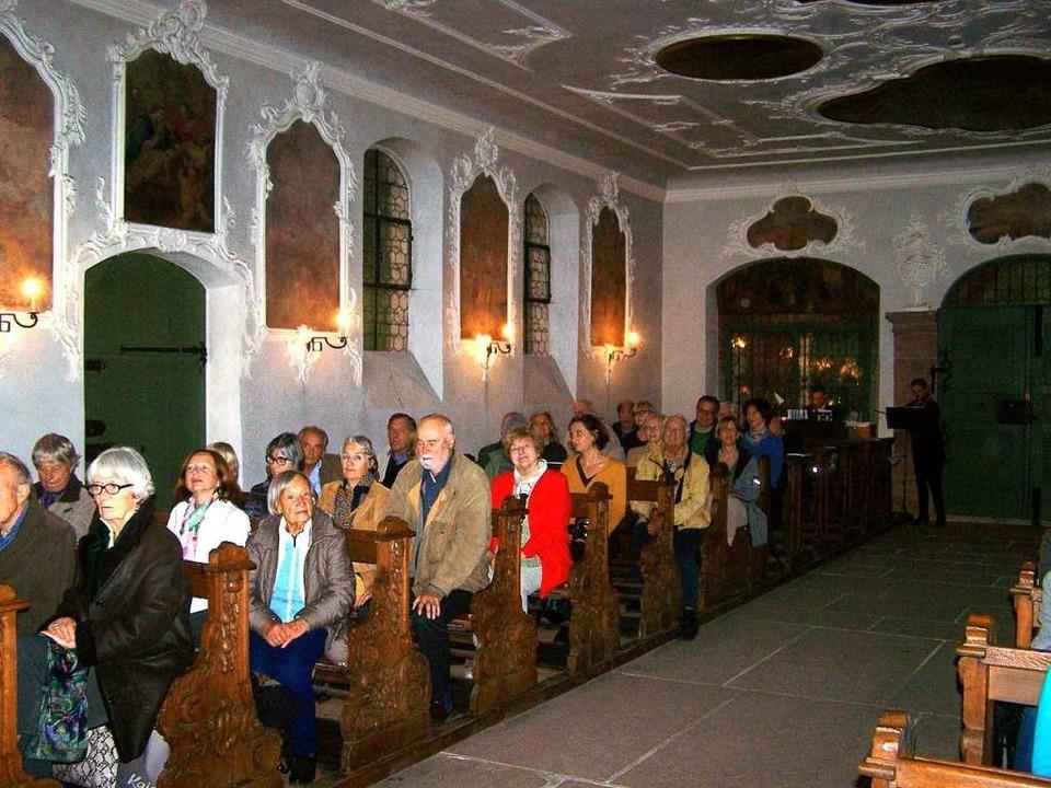 Gut gefüllt war die Michaelskapelle bei der Buchvorstellung.  | Foto: Hans Sigmund