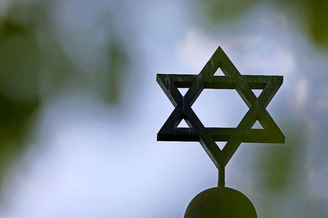 An der Synagoge von Halle – hier...lt. Die Hintergründe sind noch unklar.  | Foto: Jan Woitas (dpa)