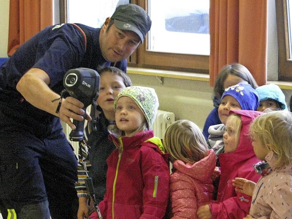 Was zeigt die Wärmebildkamera? Auch das konnten die Kindergartenkinder erleben.  | Foto: Ulrike Spiegelhalter