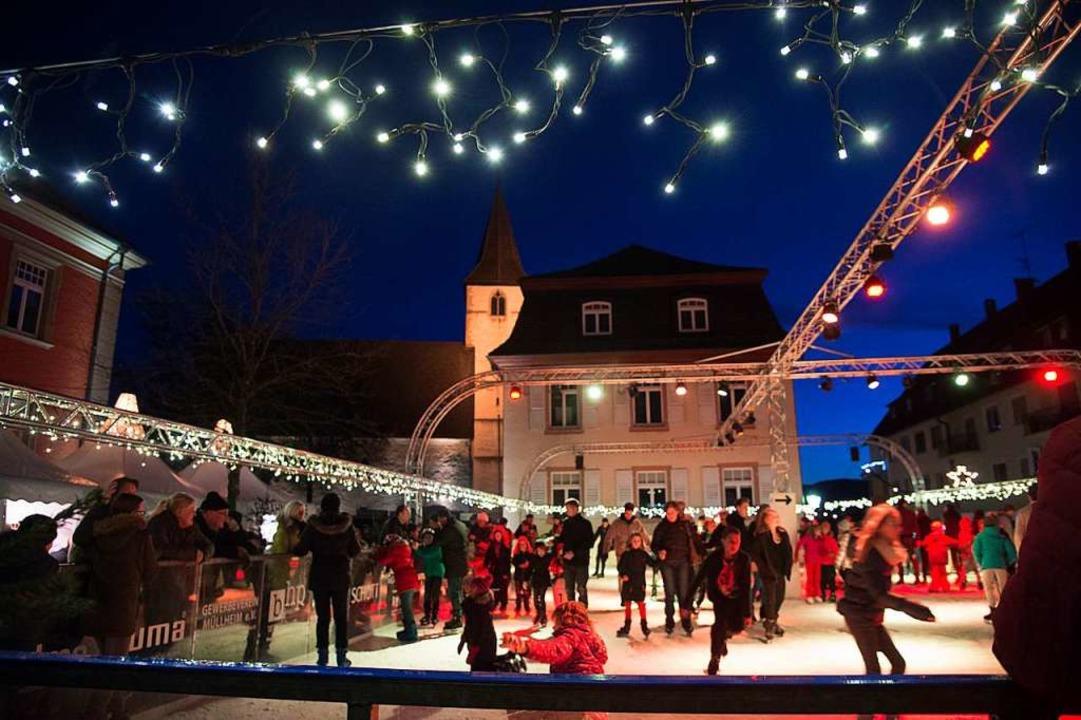 Eine Eisbahn soll, so wie auf unserem ... auf den Breisacher Marktplatz locken.  | Foto: Volker Münch