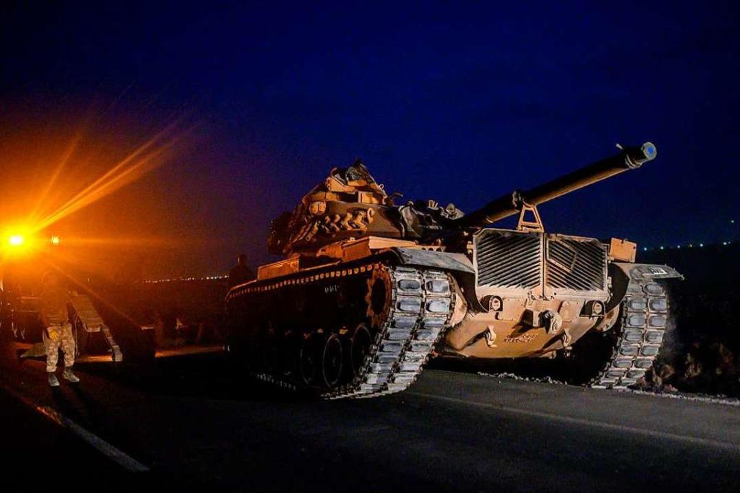Türkische Panzer hatten sich bereits i...Grenze zu Syrien in Stellung gebracht.  | Foto: BULENT KILIC (AFP)