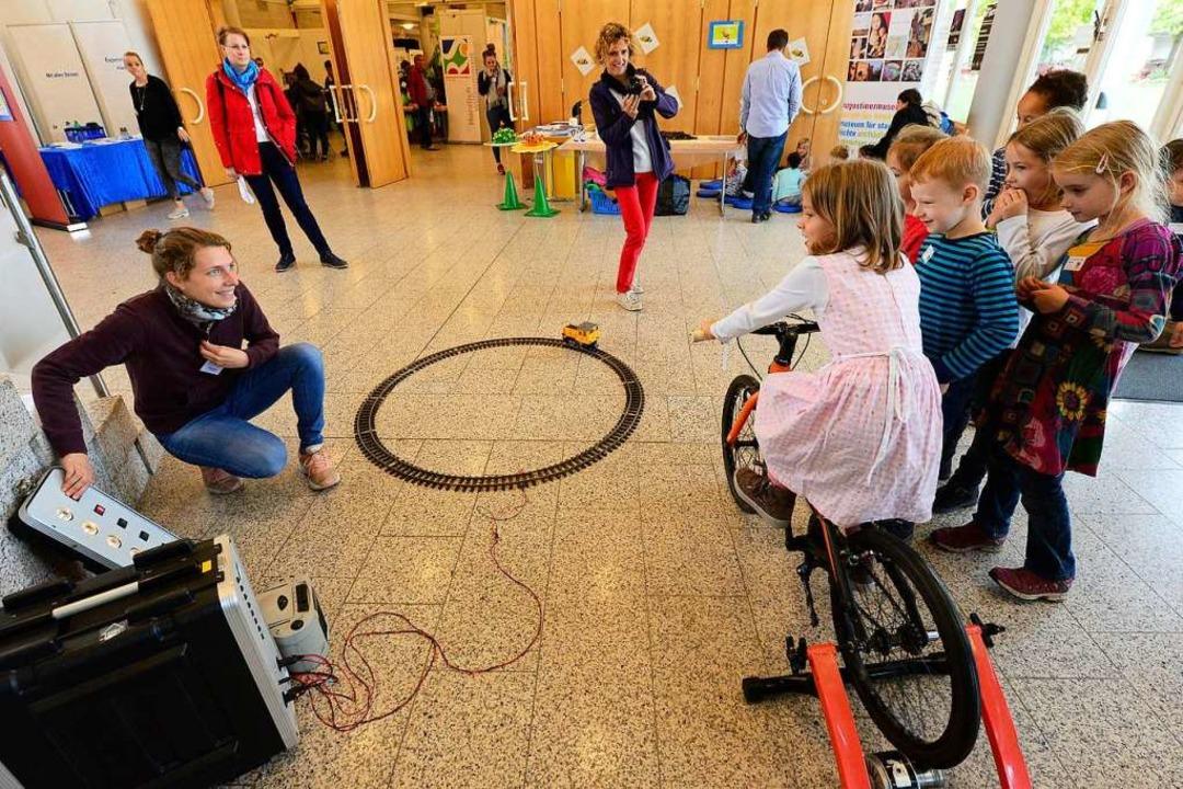 Strampeln und einen Zug antreiben: Kinder lernen, wie man Strom erzeugen kann.  | Foto: Ingo Schneider