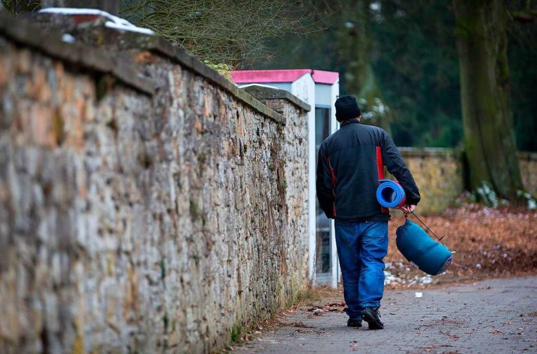 Obdachloser mit Schlafsack und Isomatte  | Foto: Friso Gentsch